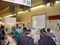 LUGOS. Pet dni so naključne mimoidoče izobraževali o Linuxih ter OpenOfficeu. Leto dni nazaj je tu menda stal Microsoft Slovenija, ki pa ga letos ni bilo sploh.