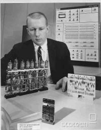 Elektronke, levo; tranzistorji, desno; integrirano vezje, v ospredju.