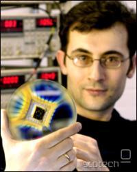 Dr. Leonid Ponomarenko kaže napravo z vgrajenim tranzistorjem
