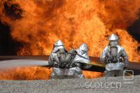 Gasilci med požarno vajo s konvencionalnimi protipožarnimi sredstvi