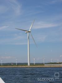Vetrna elektrarna ob morju