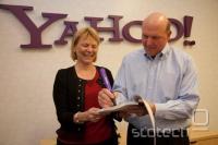 Carol Bartz in Steve Ballmer podpisujeta dogovor