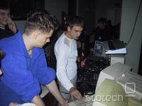 DJ Spectrum, eden redkih didžejev v Sloveniji, ki glasbo producirajo na mestu samem, v pripravi na delo