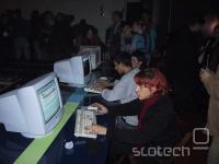 Prvi uporabniki, ki izkoriščajo sicer zastonjsko surfanje po internetu.