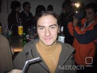 Kiberpipin prvi vokal Andraž Tori, a.k.a. minmax, pod vplivom stresa in skrbi, parih koktejlov, tečnih novinarjev in bliskavice brez opozorila