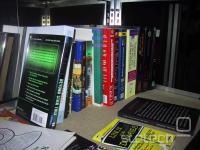 Knjige, katere so prispevali obiskovalci in delavci Kiberpipe.