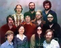 Prvih enajst Microsoftovih uslužbencev, 1978. Prva vrsta: Bill Gates, Andrea Lewis, Marla Wood, Paul Allen; druga vrsta: Bob O'Rear, Bob Greenberg, Marc MacDonald, Gordon Letwin; zadnja vrsta: Steve Wood, Bob Wallace, Jim Lane.