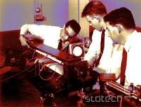 Bellovi znanstveniki sestavljajo laser, 1960