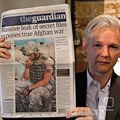 Assange s člankom o svojem podvigu