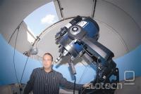 Predsednik društva Primož Kuk s teleskopom.