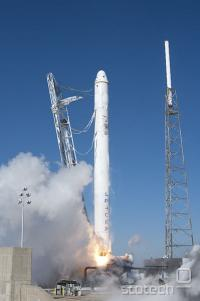 Falcon 9 in Dragon ob vzletu