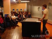 Večdotična miza, ki smo jo v Kiberpipi videli oktobra 2007