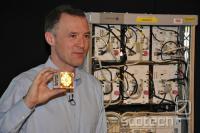 Wim Sweldens iz Alcaela-Lucenta v roki drži tehnologijo, ki nadomešča omaro za njim.