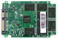 Starejša 32 nm različica, ki je seriji Vertex 2 prinesla slavo - ponovno je druga polovica čipov na zadnji strani tiskanine
