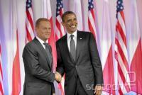 Obama se rokuje s poljskim premierjem.