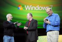 Sinofsky (levo) na najavi začetka prodaje Windows 7