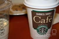 Barnes and Noble je v večini svojih trgovin uredil Starbucks kavarno, poleti pa so imetnikov nookov celo ponudili zastonj skodelico kave.