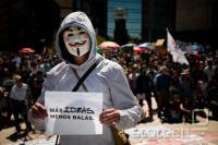 """""""Več idej, manj krogel"""" je eden številnih sloganov s protestov proti narko vojni."""