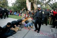Obkoljen policist si utira pot na svobodo.