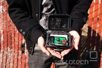 Primer prikritega GPS sprejemnika, skupaj z mobilnim telefonom za sporočanje lokacije policiji.