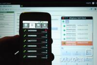 Prikaz prejetih klicev na mobilnem telefonu. V ozadju vmesnik za spreminjanje nastavitev telefonske centrale in programski telefon SFL Phone.