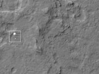 Takole je roverja s padalom med pristankom ujela visokoločljivostna kamera Mars Reconnaissance Orbiterja.
