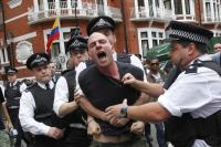 Protesti v podporu Assangeu pred ekvadorsko ambasado.