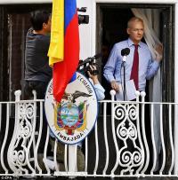 Julian Assange, na balkonu veleposlaništva.