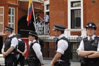 Londonska policija vseh 24 ur straži pred ambasado, za ceno 50.000 funtov na dan.