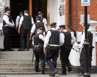 Londonska policija je v ambasado vstopila v sredo zjutraj, vendar so se bili primorani vrniti praznih rok. Še enkrat naj bi poskusili v noči na četrtek, spet neuspešno.