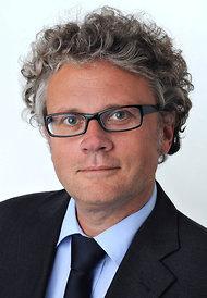 Hamburški informacijski pooblaščenec Johannes Caspar je odgovoren za nebroj neprespanih ur v pisarnah ameriških informacijskih gigantov. Sporočilo je sicer vsakič isto: za poslovanje v EU je potrebno spoštovati tudi evropsko zakonodajo.