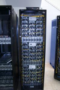 Omara projekta Open Compute - omrežje je na vrhu, zgornji del vsake izmed trojk zasedajo računski moduli, pod katerimi so moduli, ki skrbijo za napajanje.