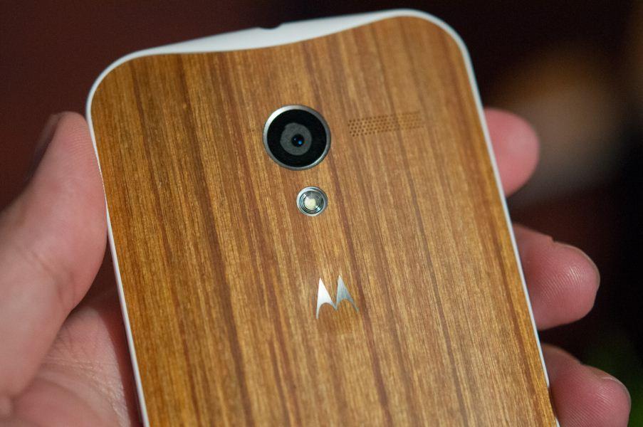 Poleg obilice barvnih kombinacij bo Moto X nekoliko kasneje na voljo tudi z lesenimi zadnjimi ploščicami