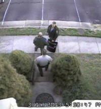 Policija pred Krebsovo hišo neposredno po vpadu specialcev.