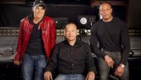 Partnerji v boljših časih, Jimmy Iovine na levi, Dr. Dre na desni, na stolu pa HTC-jev Peter Chou