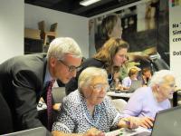 Minister dr. Jernej Pikalo na lanski zaključni prireditvi projekta Simbioza, izvajalca Zavod Ypsilon, kjer starejše občane učijo rabe Microsoftove programske opreme. Zavod je od javnih inštitucij prejel že za 211 tisoč EUR sredstev.