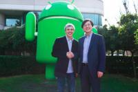 Slika iz tweeta, ki je razkril dogovor o prodaji - Levo Larry Page, desno Yang Yuanqing