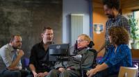 Hawking s predstavniki podjetij Intel in Swiftkey na predstavitvi v Londonu