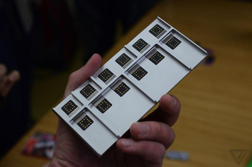 Spiral 2: Podatkovni in napajalni konektorji so na dnu, na strani pa maget