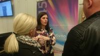 Heather Corcoran med pogovorom s slovenskimi podjetniki.