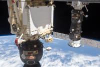 Progress in Sojuz (kapsula za človeško posadko), med obiskom na Mednarodni vesoljski postaji.