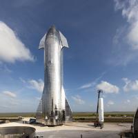 Starship, ob njej pa mnogo manjši Falcon 1. Vir: SpaceX