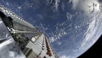 Tovorni prostor v konici  Falcona 9, natrpan s 60 sateliti. Vir: Flickr