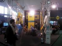 SiOL-ov štant v značilni rumeni barvi in z računali za igranje igric v internem tekmovanju (Na TeleInfosu je igre tako igrala njihova lastna hostesa. --Ziggga)