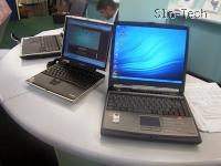 Na levi stoji zelo majhen prenosni računalnik v primerjavi z normalno velikim desnim računalom. Vanj sem se zaljubil na prvi pogled.